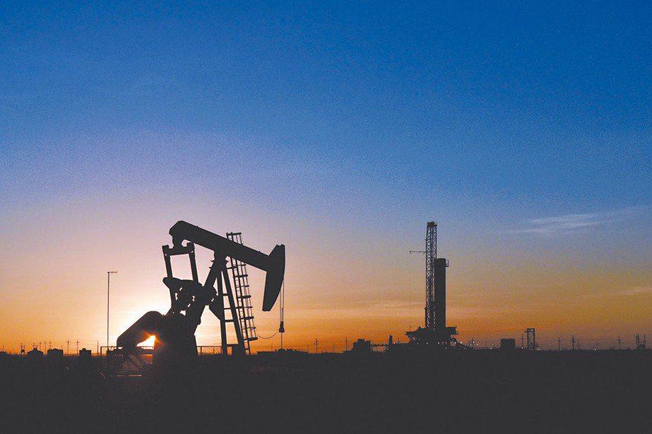 國際油價20日盤中崩跌,紐約原油期貨盤中狂瀉逾40%,跌破11美元,重摔至38年谷底。 路透