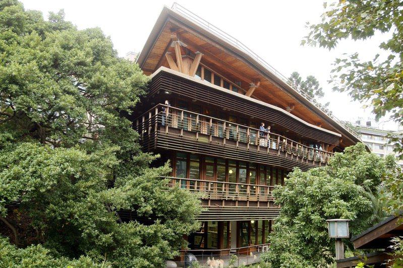 台北市立圖書館北投分館以原木打造,隱身於綠林之間,是台灣最知名的圖書館之一。 聯合報系資料照