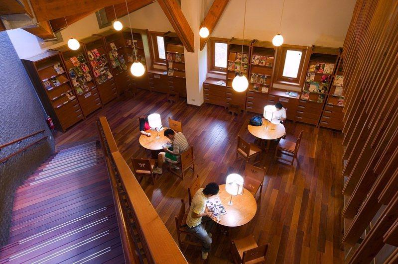 台北市立圖書館北投分館內以原木作為設計,讓人彷彿置身咖啡廳中。 圖/台北市立圖書館北投分館提供