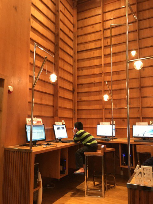 桃園圖書館龍岡分館網路資源區挑高設計,讓使用者無壓迫感。 聯合報系資料照/記者何定照攝影