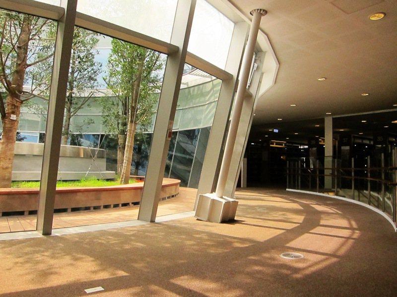 高雄市立圖書館總館通透性高,將自然光引入室內。 聯合報系資料照/記者陳靜宜攝影