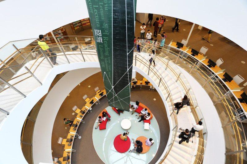 高雄市立圖書館總館是全國首座採懸吊工法的綠建築。 聯合報系資料照/記者劉學聖攝影