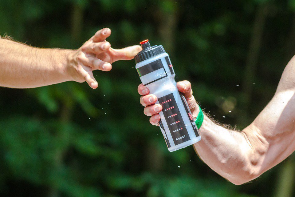 隨著年紀的增長,人體內的水含量也會減少,因此,熟齡運動族更要注意水分補充。 圖/...