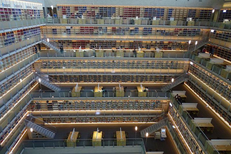 政大達賢圖書館的壯觀書牆,宛如台版星空圖書館。 圖擷自國立政治大學圖書館臉書