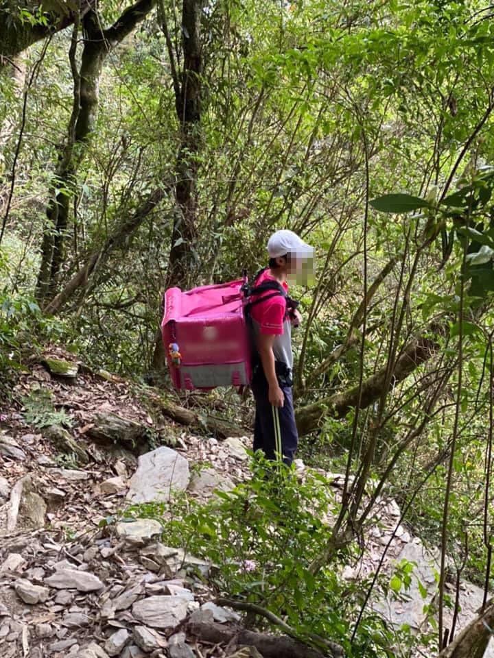 民眾在登山途中發現foodpanda外送員的身影。 圖/爆廢公社
