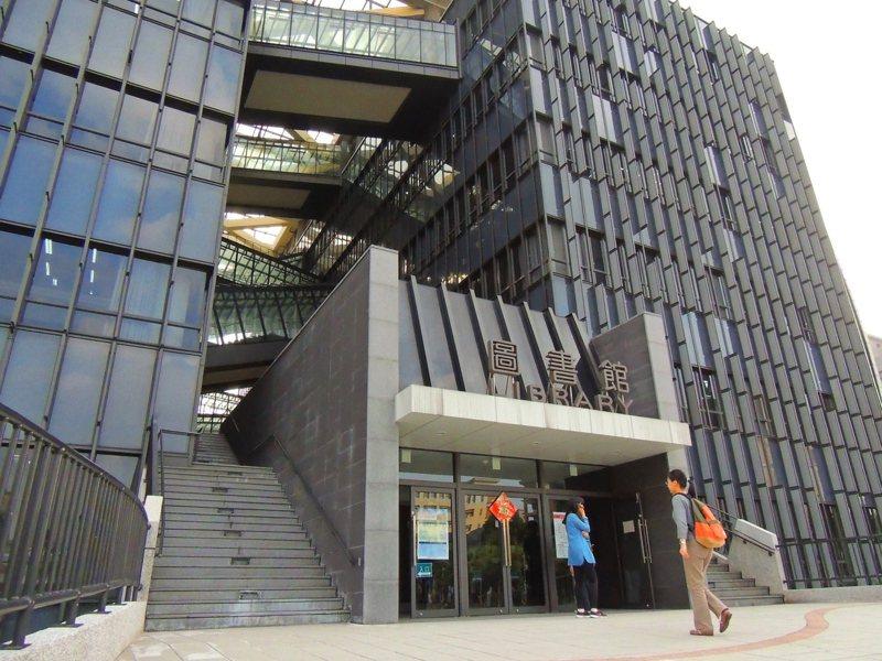 空中廊道適合放空、觀景,是台北大學圖書館最大特色之一。 聯合報系資料照/記者邱榆蕙攝影