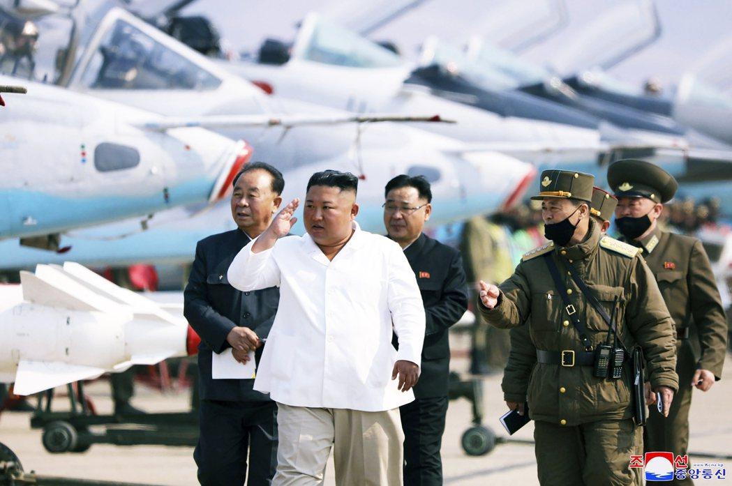 金正恩4月10日露面,巡視北韓空軍基地。 圖/美聯社