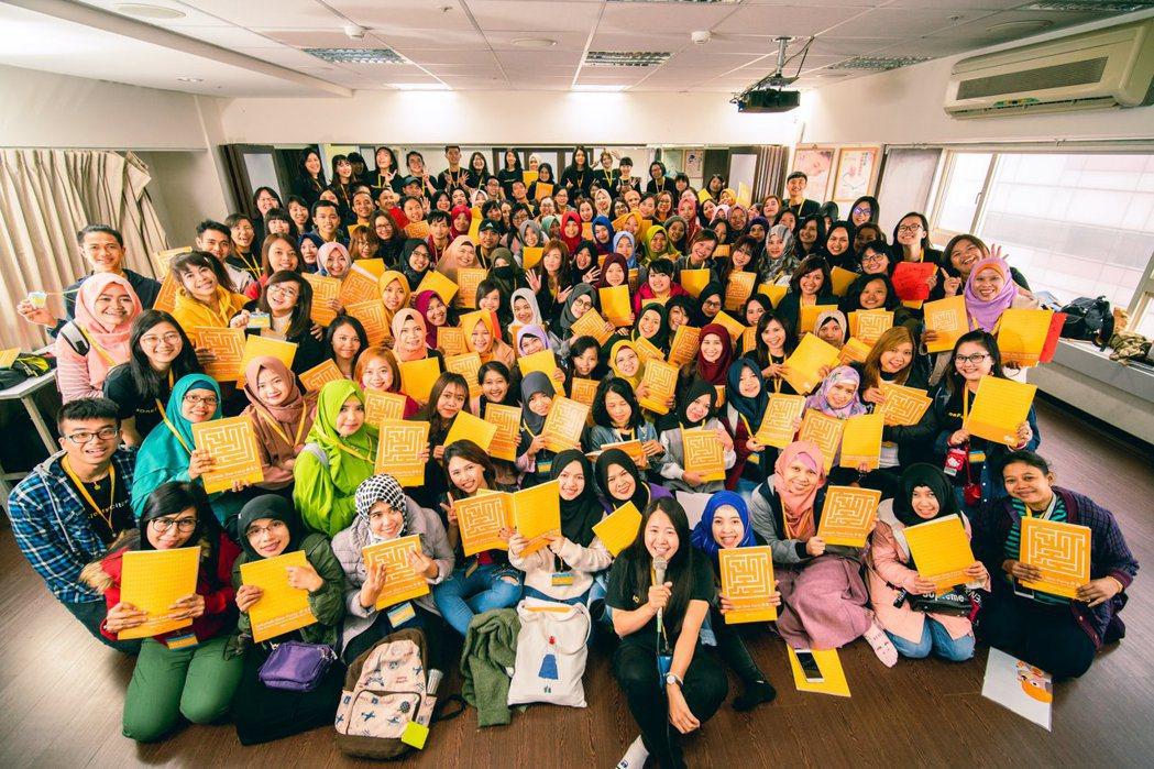 學生們拿著中文課本在課堂上的大合照。 圖/One-Forty提供