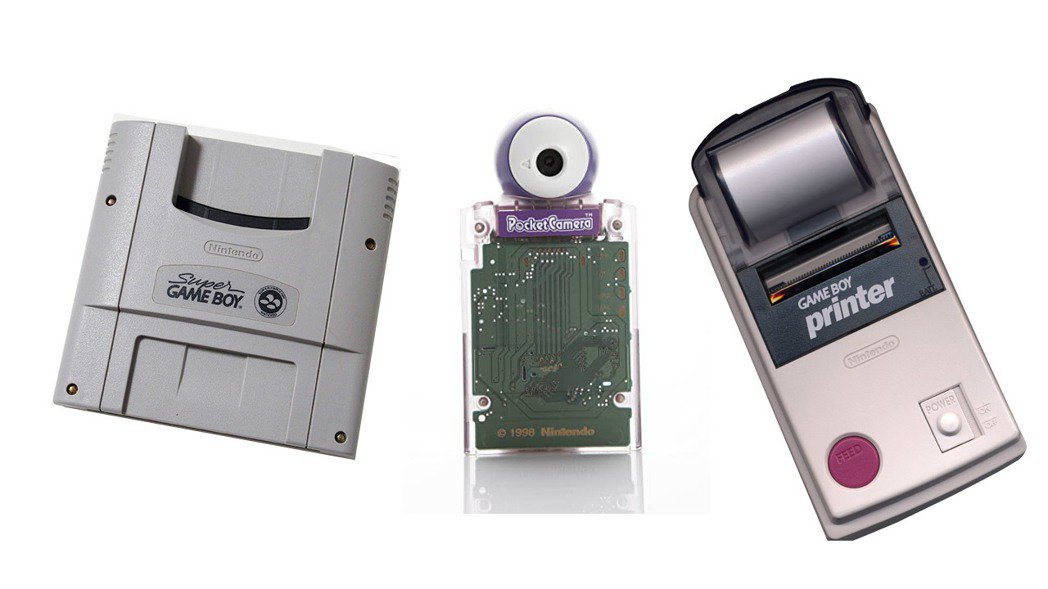 任天堂也為 GAMEBOY 推出不少有趣的周邊商品,(由左至右)例如可以在超級任...