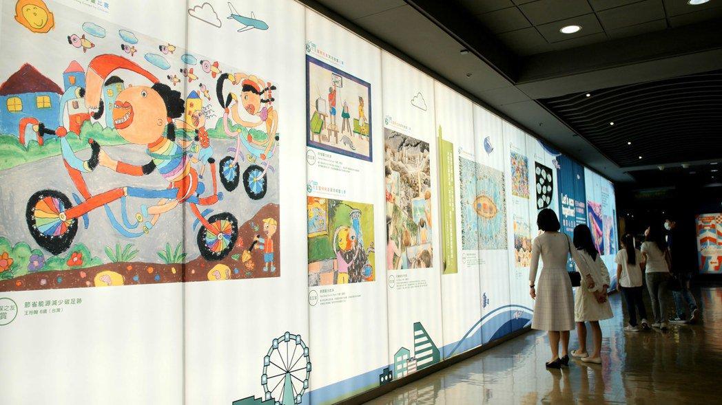 花王「微笑心生活」環保生活公益展集結世界各地孩子為環保創作的繪畫作品。 圖/花王...