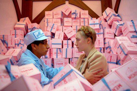 《歡迎來到布達佩斯大飯店》中粉嫩的色調適合重現記憶中、甜蜜連綿的美好愛情。 圖/...
