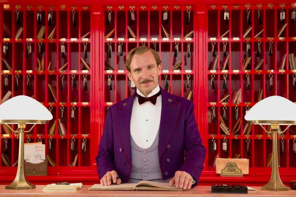 《歡迎來到布達佩斯大飯店》的酒紅內裝和侍者制服形成優雅搭配。 圖/傳影互動提供