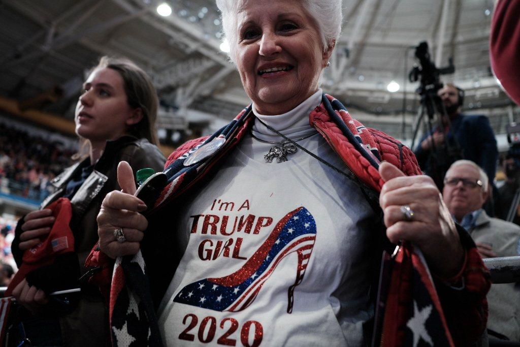 一名川普支持者身穿「我是川普女孩」上衣到場力挺。 圖/法新社