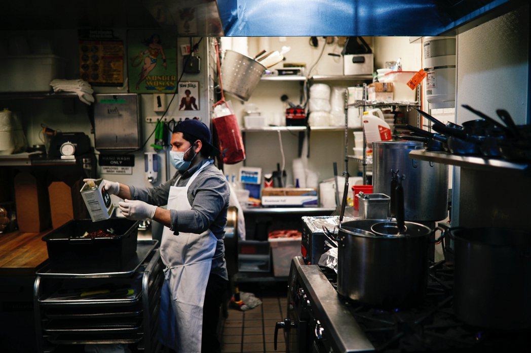 許多小型的獨立自營餐廳來說,儘管仍試圖透過餐飲外送業務、維繫生計,但仍很難補足虧...
