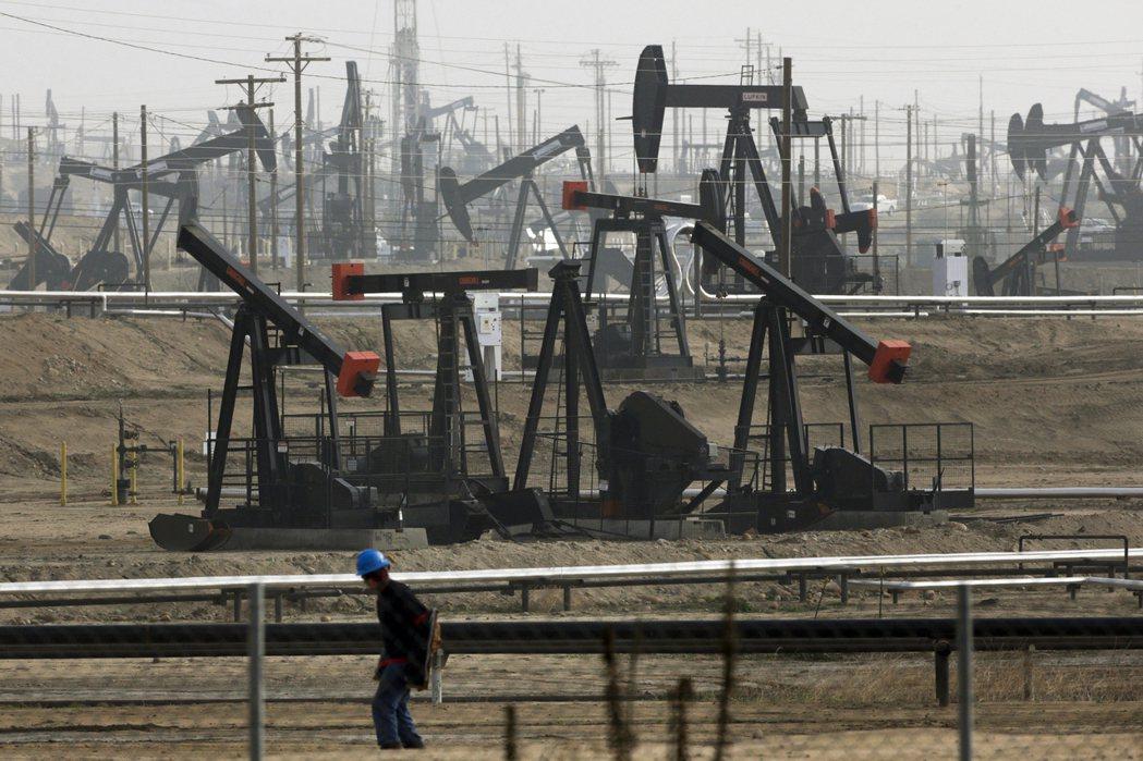 圖為加州油井。在短期內經濟需求不可能馬上改善的情形下,美國石油業很快地就將遭遇另...