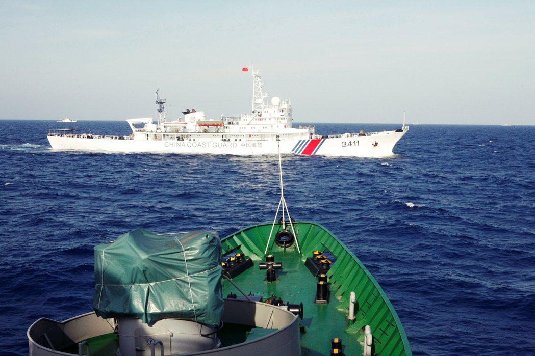 圖為中國船隻和越南船隻在南海的相遇。 圖/路透社
