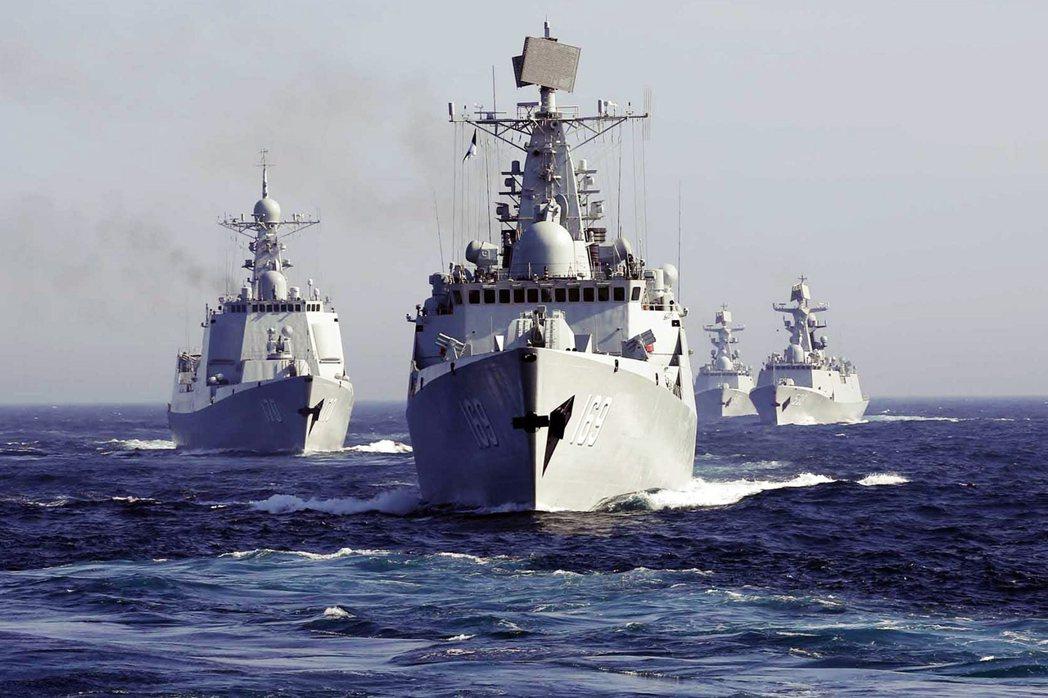 圖為中國南海艦隊的飛彈驅逐艦武漢號(舷號169)。中國近期真對南海連番高調政治介...