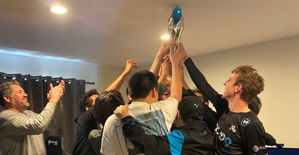 C9勇奪LCS春季賽冠軍,全體成員高舉獎盃慶祝/圖片來源:推特@Cloud9