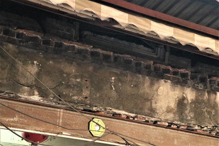部分店家破壞原始立面去加蓋鐵皮、遮雨棚等建物。 圖/作者自攝