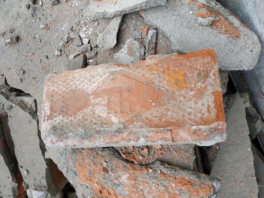 瓦礫堆中留有不少完整的TR磚,以及少數清代紅磚,甚至疑有黑磚蹤影。 圖/作者自攝