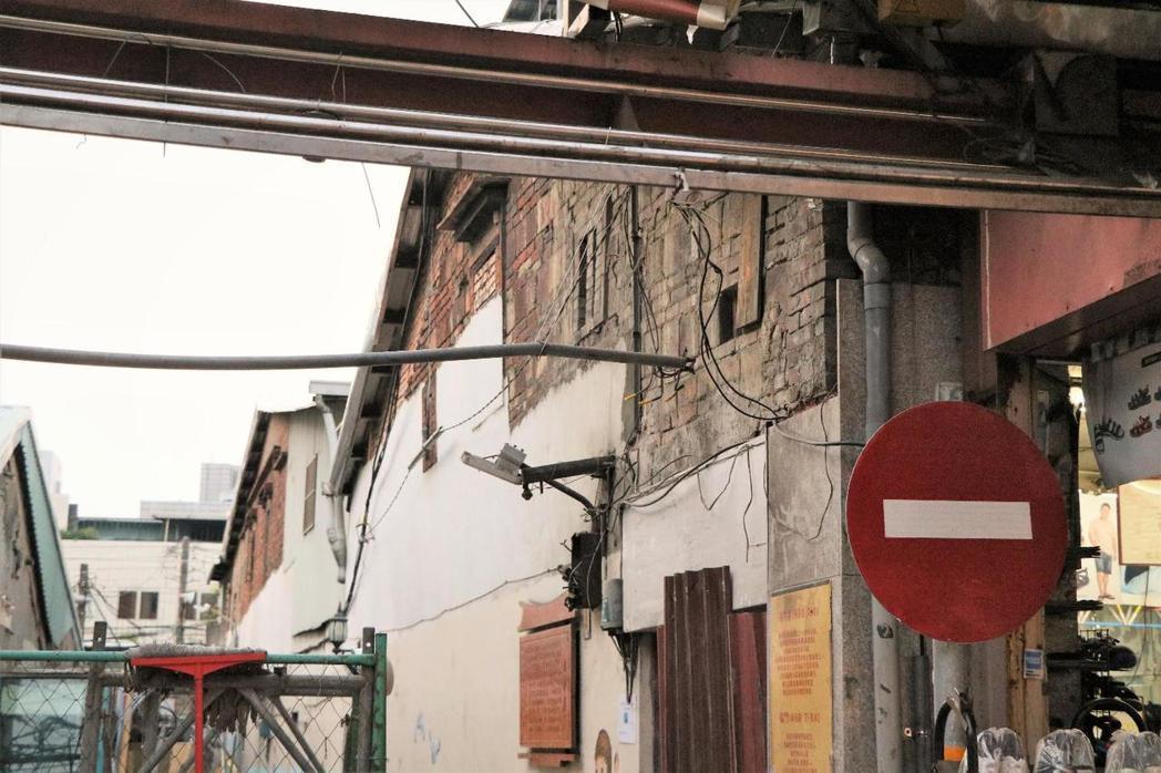 挑水巷未被拆除的另一側山牆面,可見斗砌磚牆、鳥踏等傳統建築工法和構件。 圖/作者...