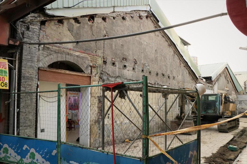 新莊路老街上的挑水巷街屋,四月中無預警遭拆,可見傳統街屋建築的磚造騎樓拱門、樑木...