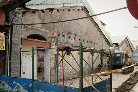 新莊挑水巷老屋遭拆,雙北苦無文資銀行保存珍貴建材