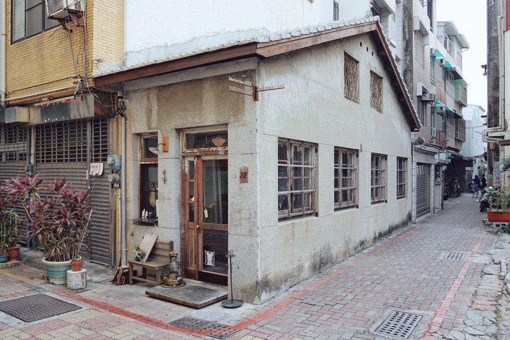 位於台南忠義路巷弄內的十平日本料理,是謝欣曄目前做過設計密度最高的案子。 圖/本...