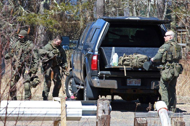 加拿大警方今天表示,瀕大西洋的新斯科細亞省(Nova Scotia)週末爆發槍擊案,含槍手在內增至23死,受害者還包括一名孕婦護理師。圖為加拿大皇家騎警19日在新斯科細亞省追捕槍手沃特曼,行動結束後收拾裝備。(路透)