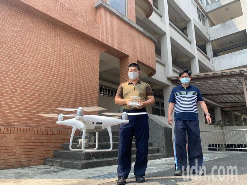 台南市新化警分局員警卓志聰(前)是警界最早投入無人機學習,日已取得專業操作證照。記者吳淑玲/攝影