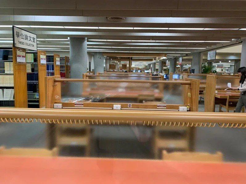 因應疫情,國家圖書館座位區加設隔板降低傳染機率。圖/教育部提供