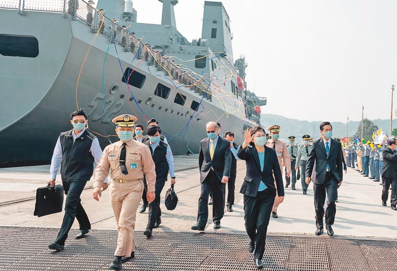 磐石艦返港時,蔡總統(中揮手者)、國防部長嚴德發(右)在岸邊歡迎官兵返國,未料竟爆發重大疫情。圖/取自總統府網站