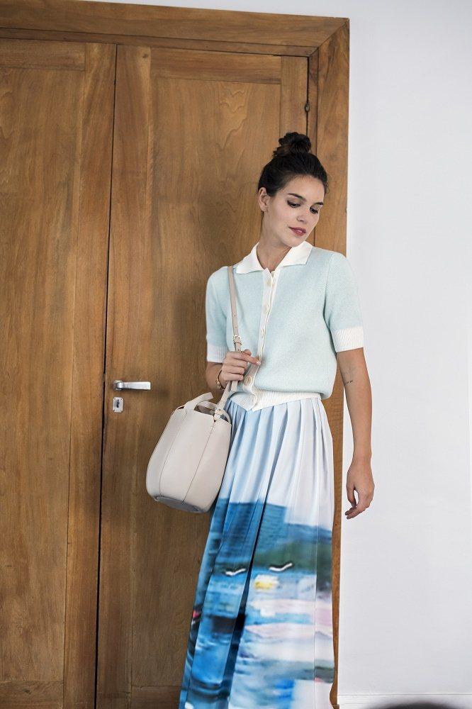 agnès b. VOYAGE今年全新推出的皮革包款Margaret,圓筒型外觀...