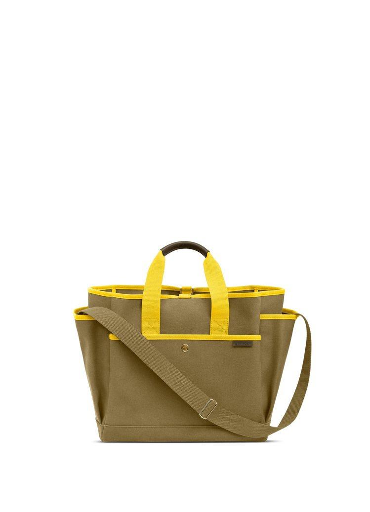 LUNIFORM N°3 軍綠色+鮮黃色工具包,38,800元(正面)。圖/團團...