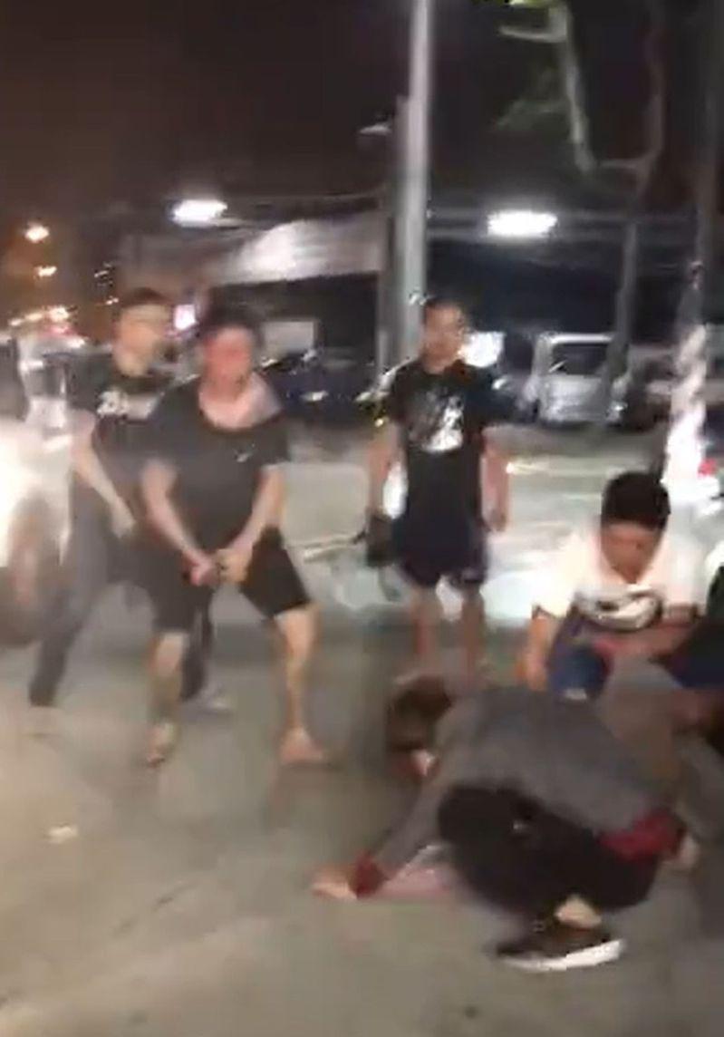 台中市烏日區新興路、五光路口超商前在今天凌晨0時許,發生街頭鬥毆,警方獲報啟動快打到場,迅速控制現場。記者趙容萱/翻攝