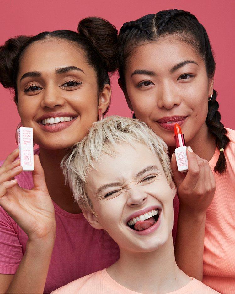3INA推出「粉感謝潤色護唇膏」醫護人員限定回饋暖心禮。圖/3INA提供