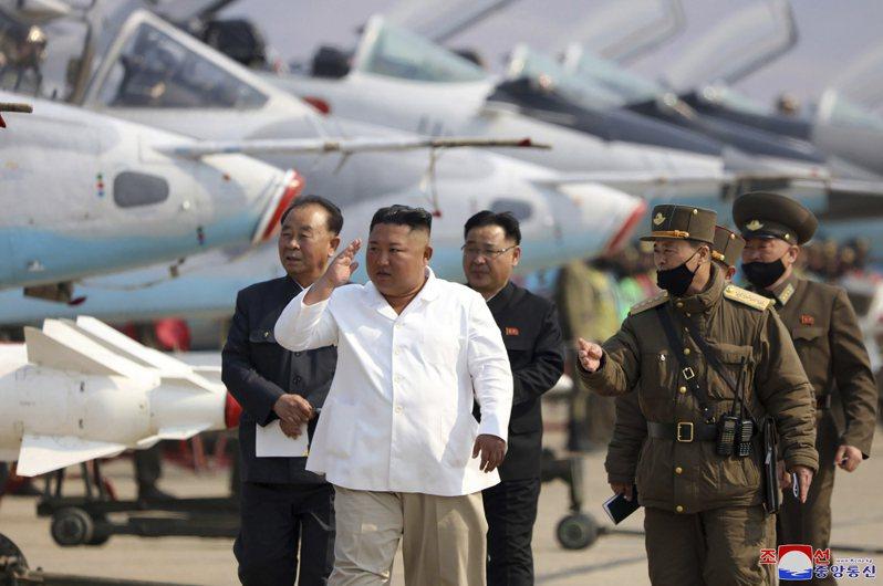 北韓官方12日發布照片,金正恩視察空軍,日期不詳。美聯社