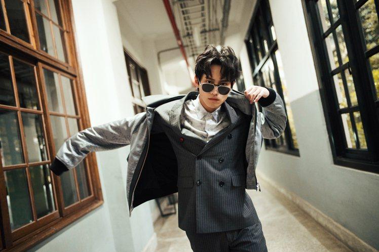 范少勳勳以灰色飛行外套搭配正式雙排扣西裝,展現不循常規的破格活力。圖 / Ber...