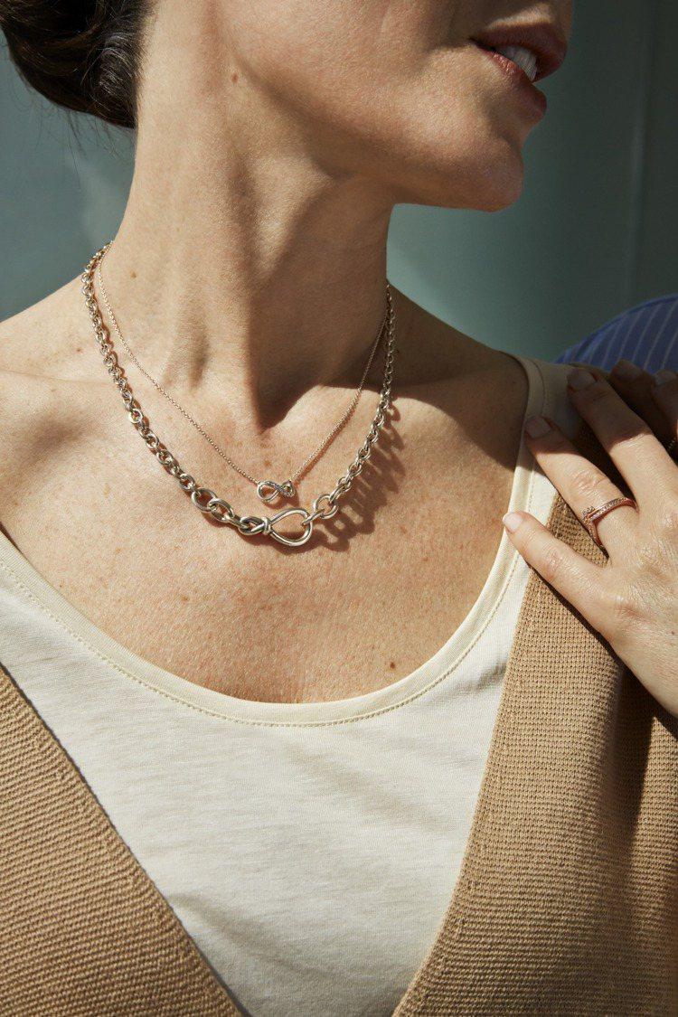 Pandora以無限紐結,設計簡約優雅的飾品,送給母親。圖/Pandora提供