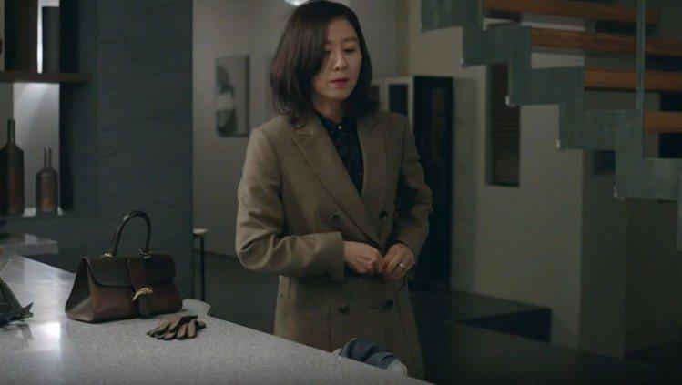 金喜愛在《夫婦的世界》第7集選用Brillant煙灰色寬版漸層牛皮肩背手提包,售...