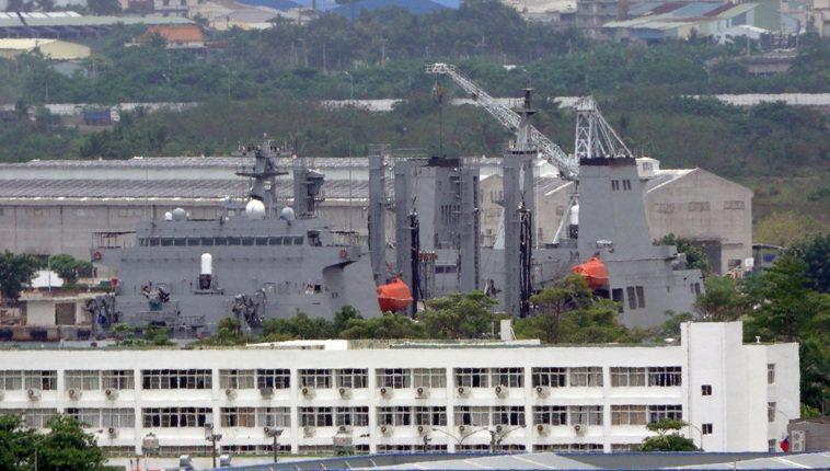 海軍敦睦艦隊傳出確診案例,其中磐石軍艦日前靠泊在左營軍港內等待檢疫消毒。記者...