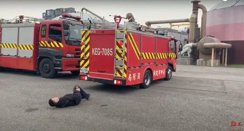 台中市消防局勤工分隊拍攝搞笑影片,宣導禮讓救災、救護車輛的觀念,影片今天上線網路平台。圖/勤工消防分隊提供