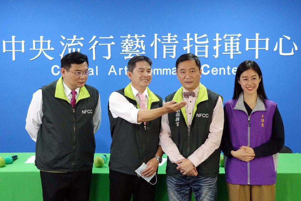 吳世偉(左起)、洪都拉斯、湯志偉、廖曉彤演出「中央流行藝情指揮中心」喊卡。圖/全