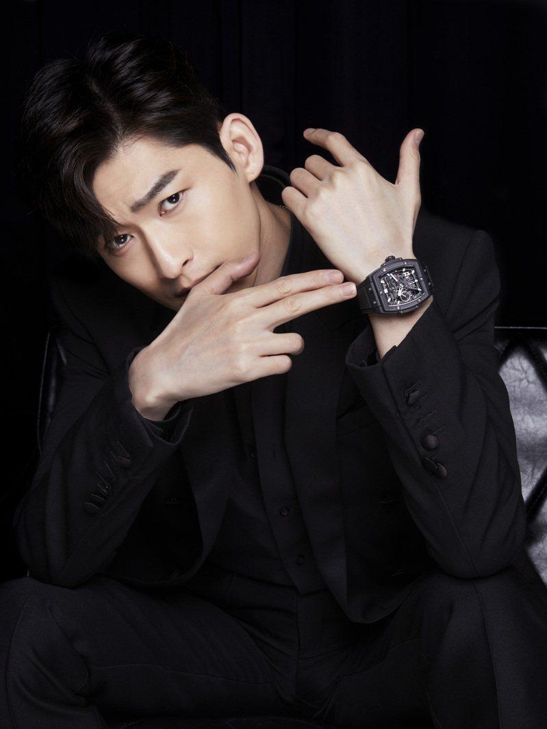 張翰配戴Spirit of Big Bang Meca -10魔力黑陶瓷腕表。圖/宇舶表提供