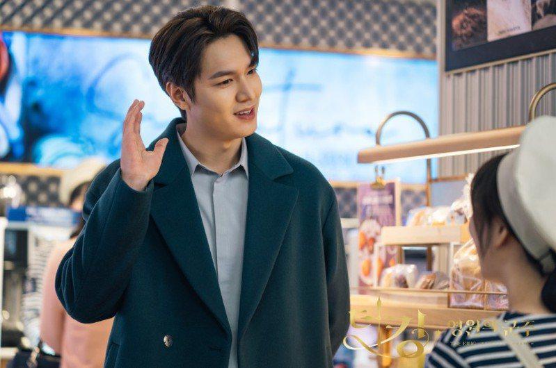 李敏鎬在麵包店試吃時穿韓國男裝品牌BON的土耳其藍喀什米爾大衣。圖/取自sbs.co.kr