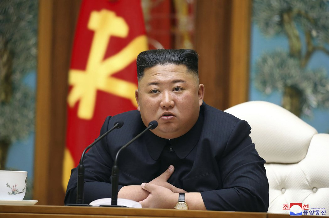 北韓官方12日發布照片,北韓領導人金正恩11日出席勞動黨政治局委員會會議。美聯社