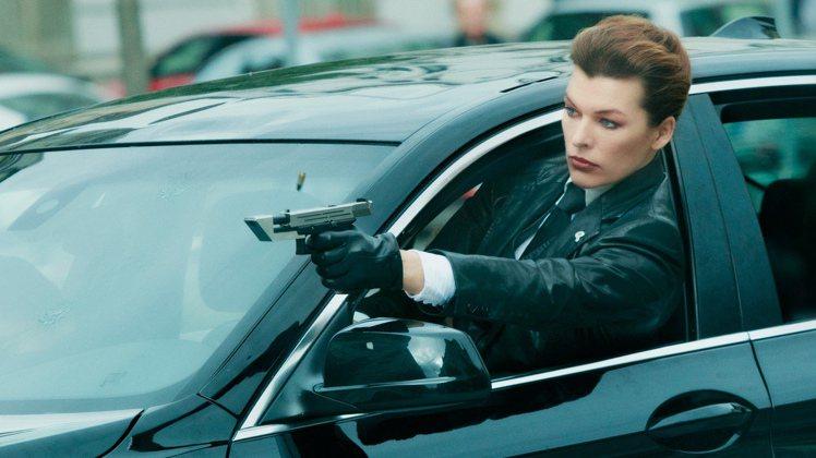 「素人特工」是蜜拉喬娃維琪首次演出的華人電影。圖/華映提供