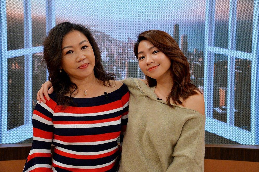 曾智希(右)被曾媽媽爆料交友標準不一。圖/衛視提供