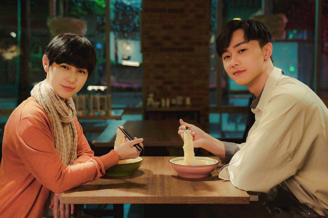 魏嘉瑩(左)邀施柏宇合拍MV。圖/小魏工作室提供