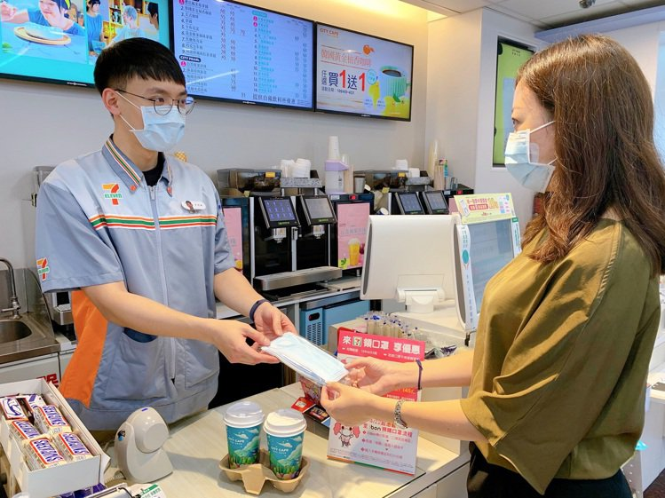「口罩實名制3.0」4月22日上路,到超商機台就能直接插健保卡完成預購與付款。圖...